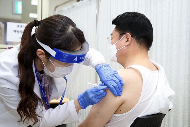 엄태준 이천시장이 아스트라제네카 백신을 접종받고 있다..jpg